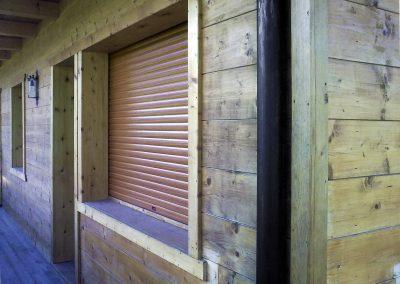 Tapparelle in alluminio su casa in legno